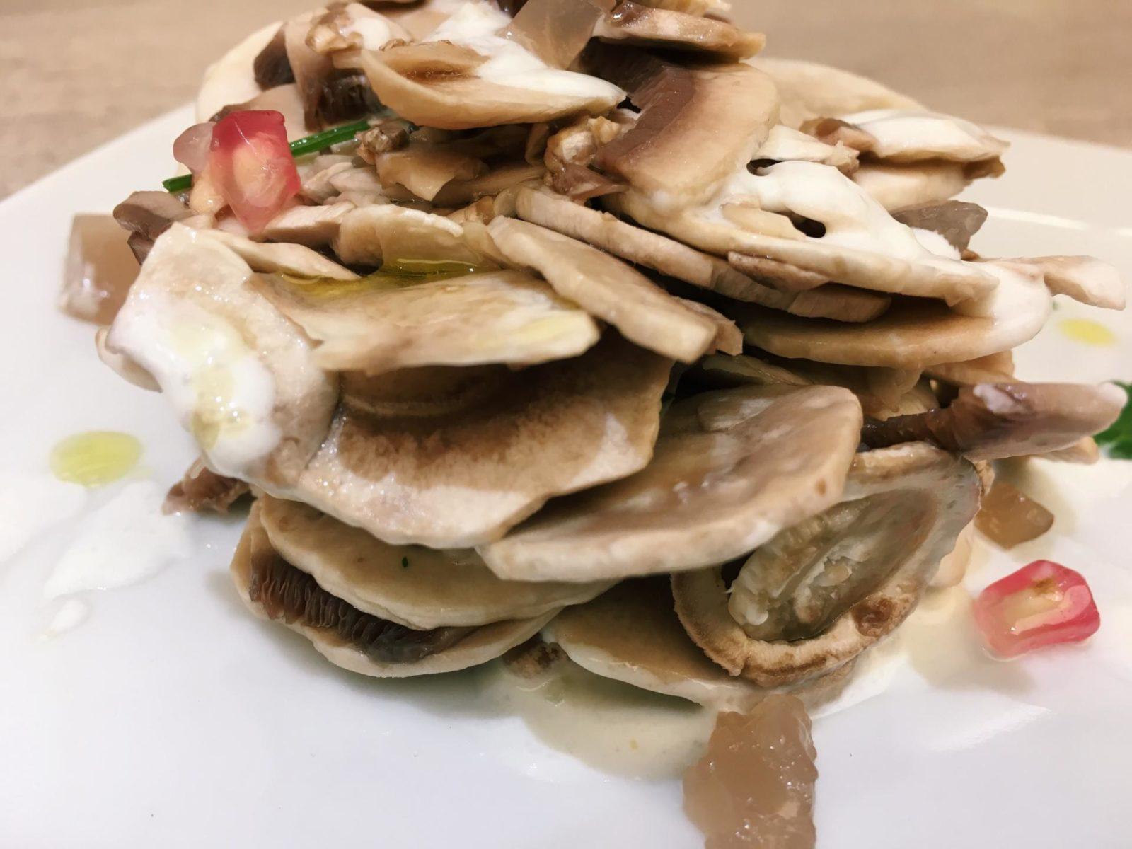 insalata di funghi con gelatina di melagrane e salsa al pecorino