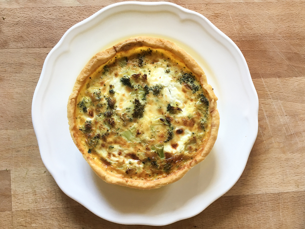 quiche ai broccoli e formaggio caprino con pasta brisée gluten-free impiattamento