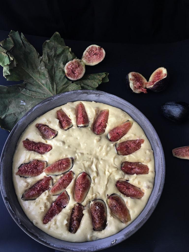torta ai fichi e nocciole pronta per il forno