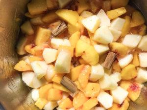 confettura di pesche e mele alla cannella ingredienti in pentola