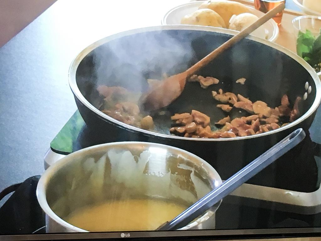 rognone di vitello del parco del ticino su crema di patate sfere di caffè' e sorbetto all'uva preparazione_3