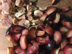 come tagliare la frutta per il pie di fichi e prugne gourmama