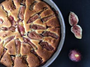 torta ai fichi e nocciole uscita dal forno