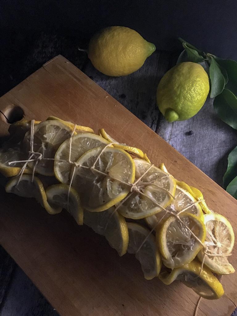 arrosto di vitello al limone e bacche di ginepro copertura con fettine limone
