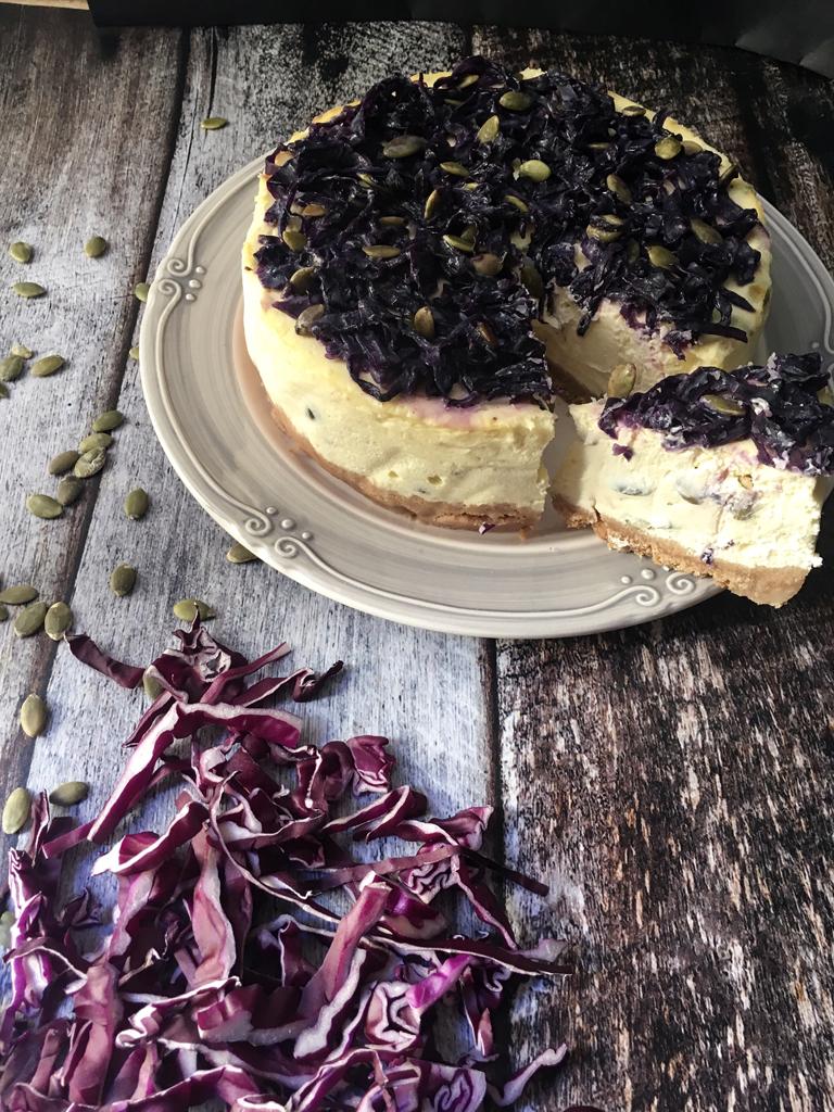 cheesecake salata con semi di zucca e cavolo rosso glassato glassata fetta
