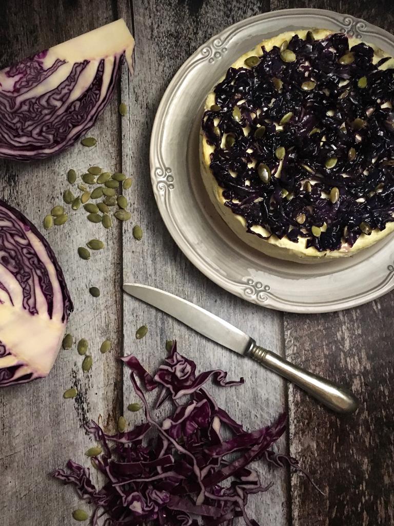 cheesecake salata con semi di zucca e cavolo rosso glassato glassata presentazione_2