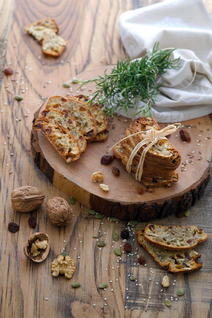 cracker integrali con noci uvetta e rosmarino gourmama presentazione