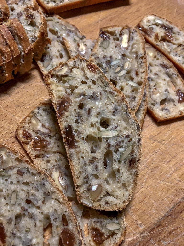cracker integrali con noci uvetta e rosmarino gourmama preparazione cracker dettaglio