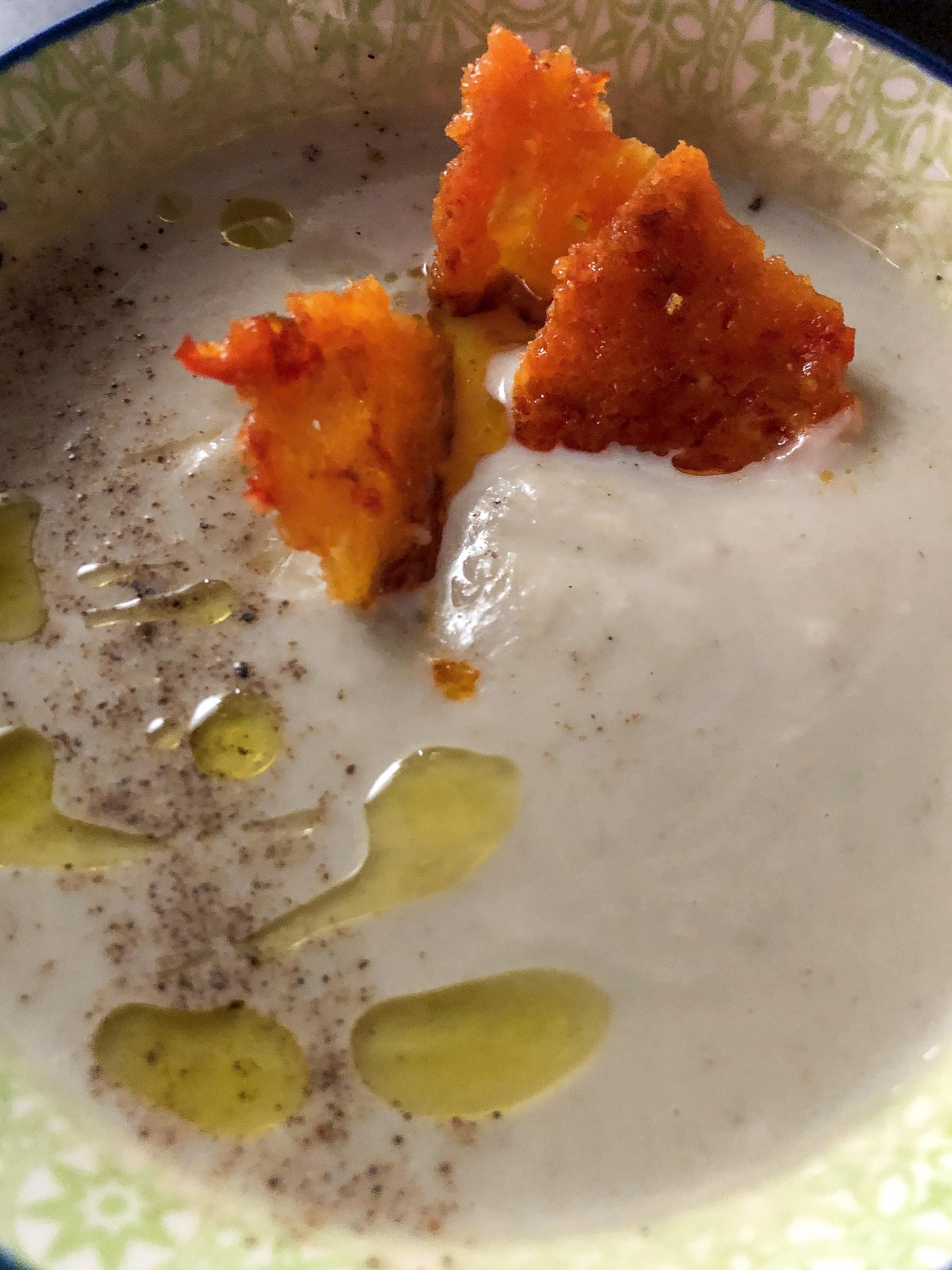 crema di cavolfiore con cialda al parmigiano preparazione presentazione dettaglio