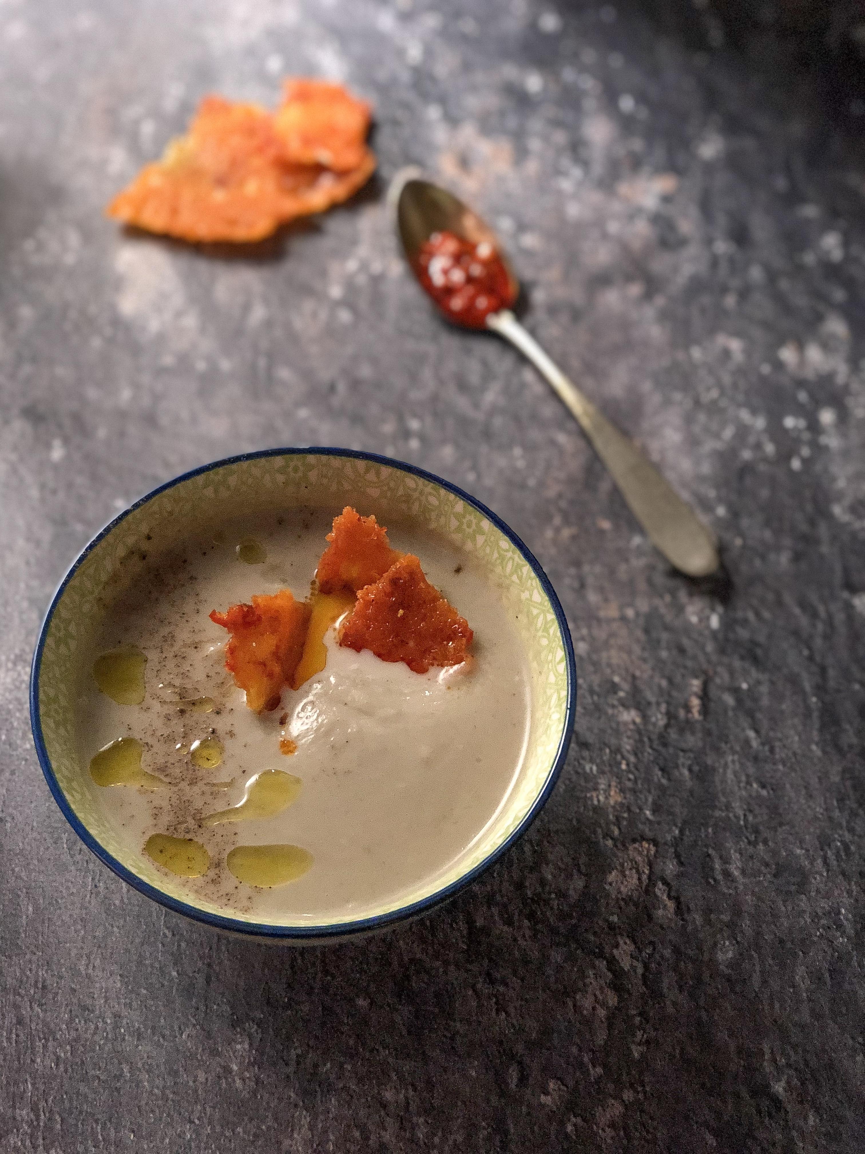 crema di cavolfiore con cialda al parmigiano presentazione