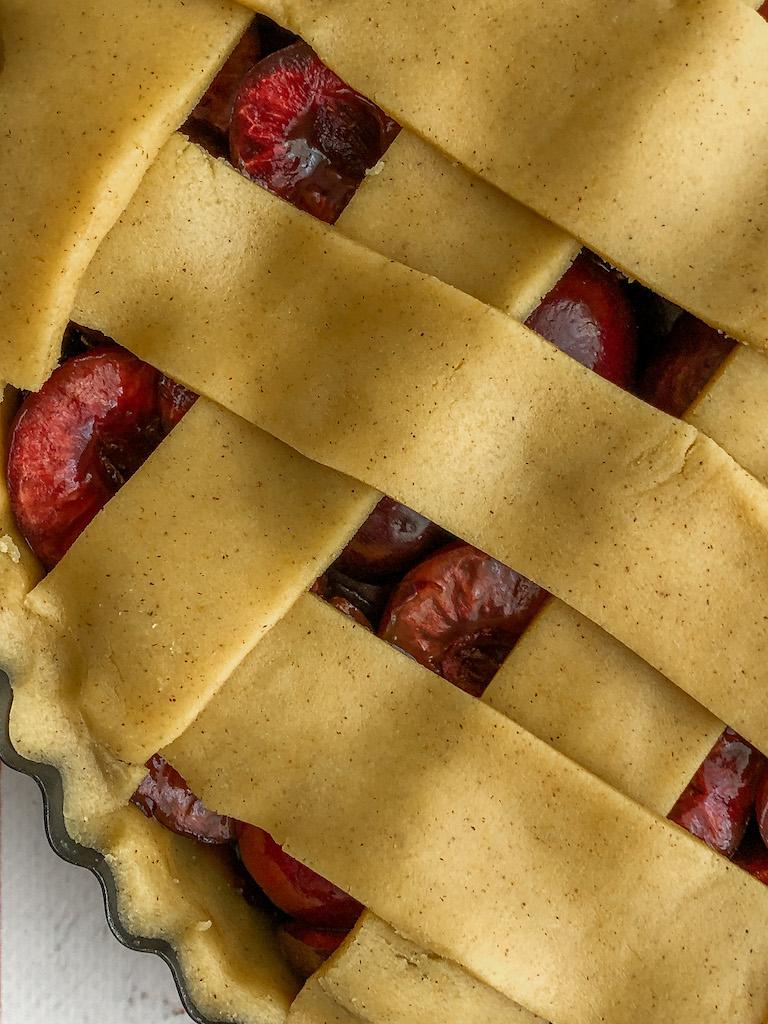 crostata alle ciliegie e nocciole preparazione dettaglio