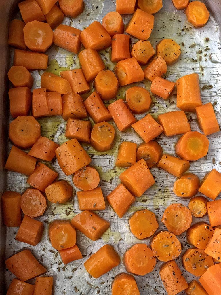 crostata con carote caramellate e salsa verde di foglie di carote cottura carote