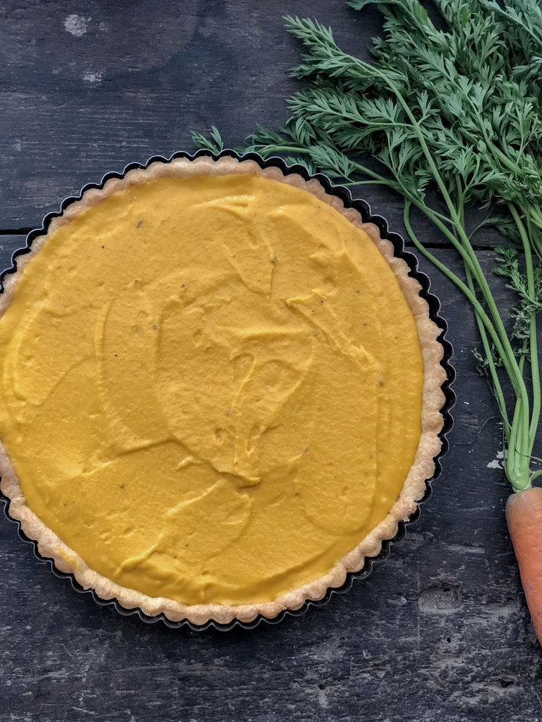 crostata con carote caramellate e salsa verde di foglie di carote da infornare