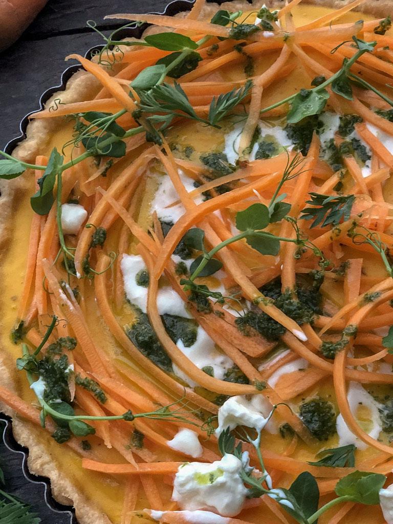 crostata con carote caramellate e salsa verde di foglie di carote presentazione dettaglio