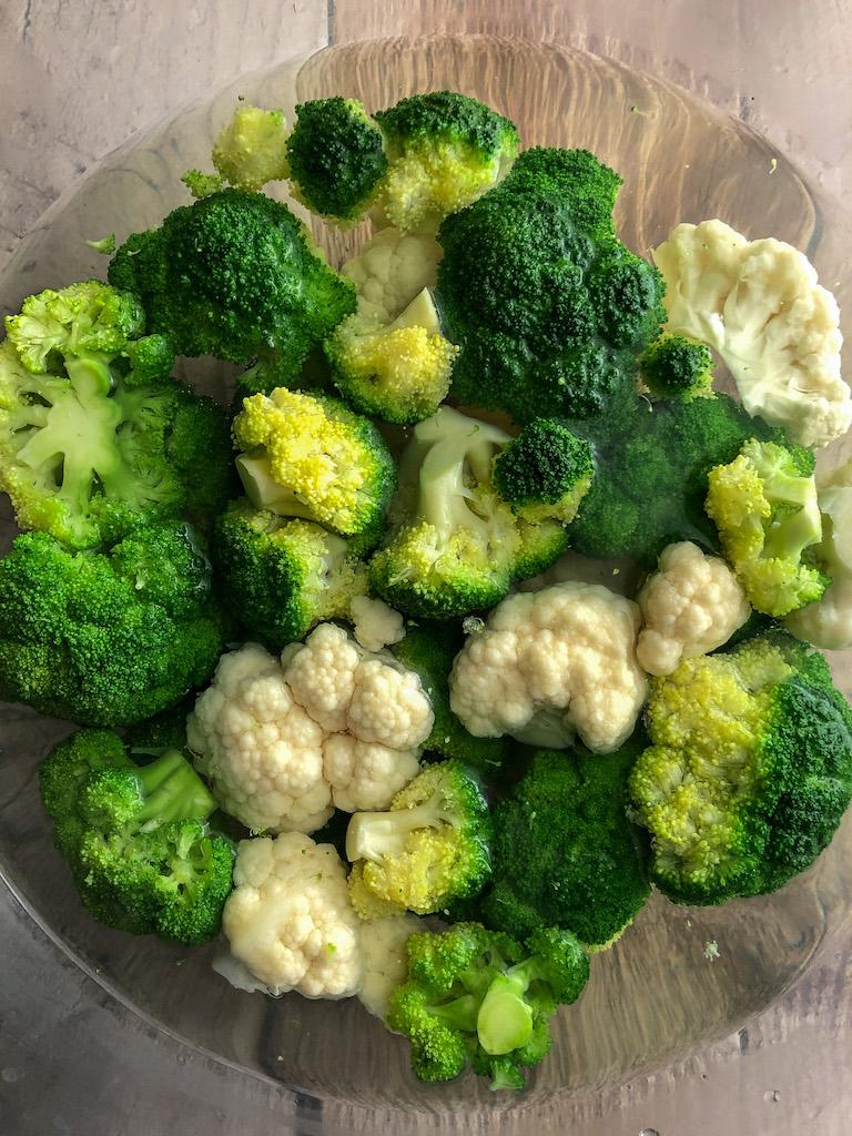 crumble alle nocciole con cavolfiore broccoli e formaggio di capra preparazione