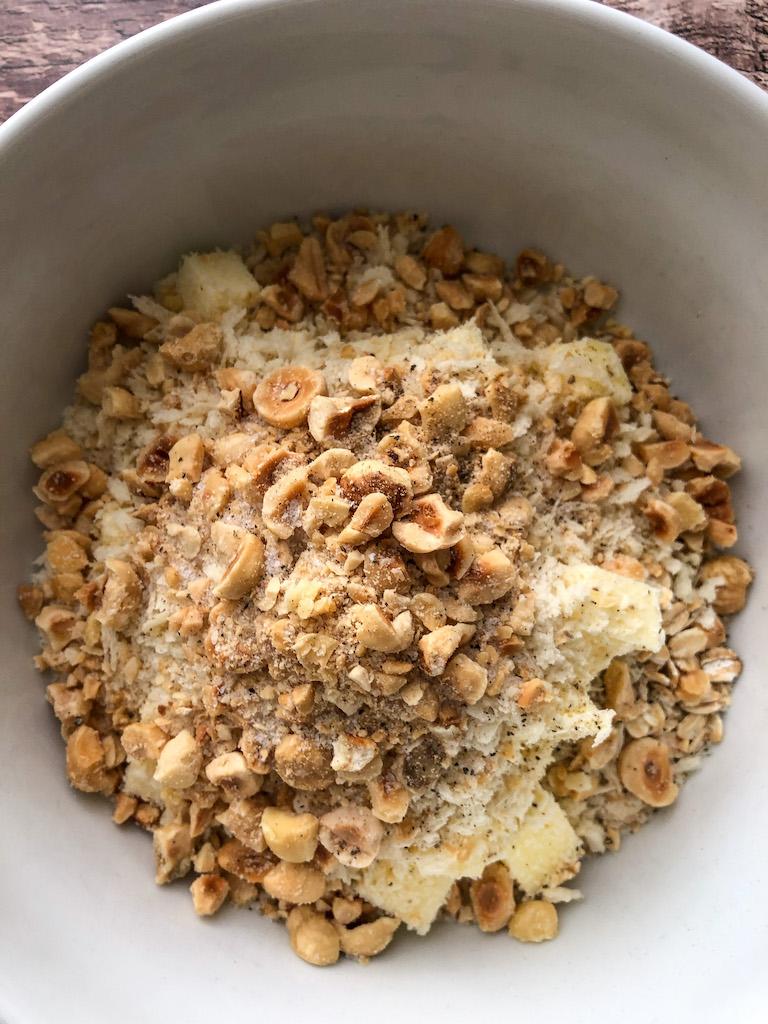 crumble alle nocciole con cavolfiore broccoli e formaggio di capra preparazione_1