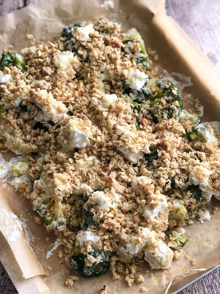 crumble alle nocciole con cavolfiore broccoli e formaggio di capra preparazione_5