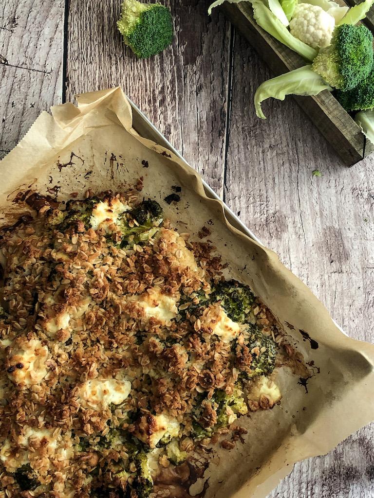 crumble alle nocciole con cavolfiore broccoli e formaggio di capra presentazione