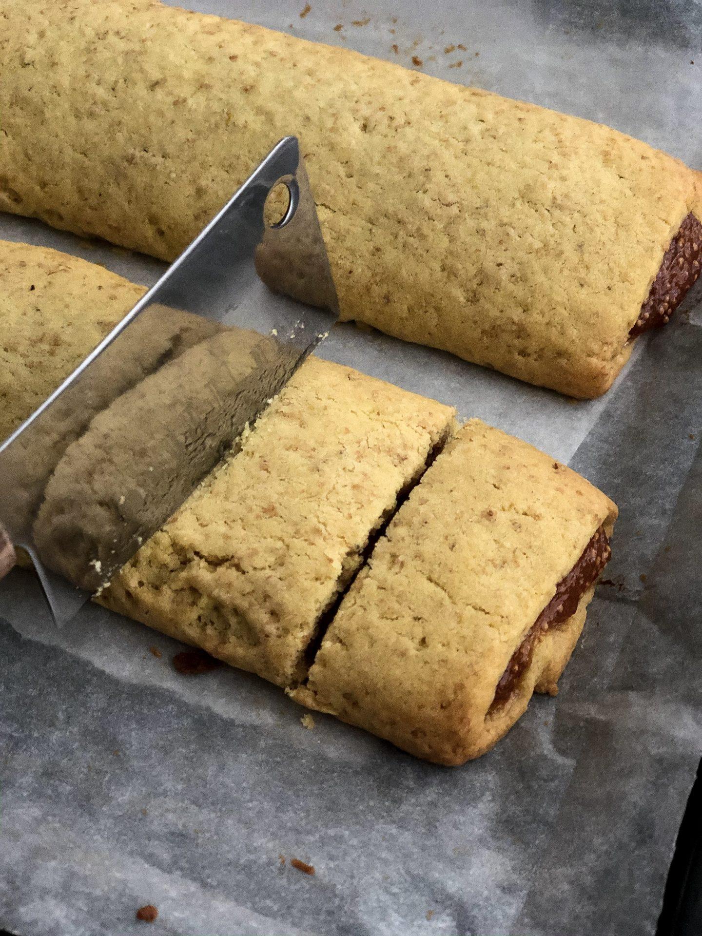 fig rolls preparazione taglio biscotti