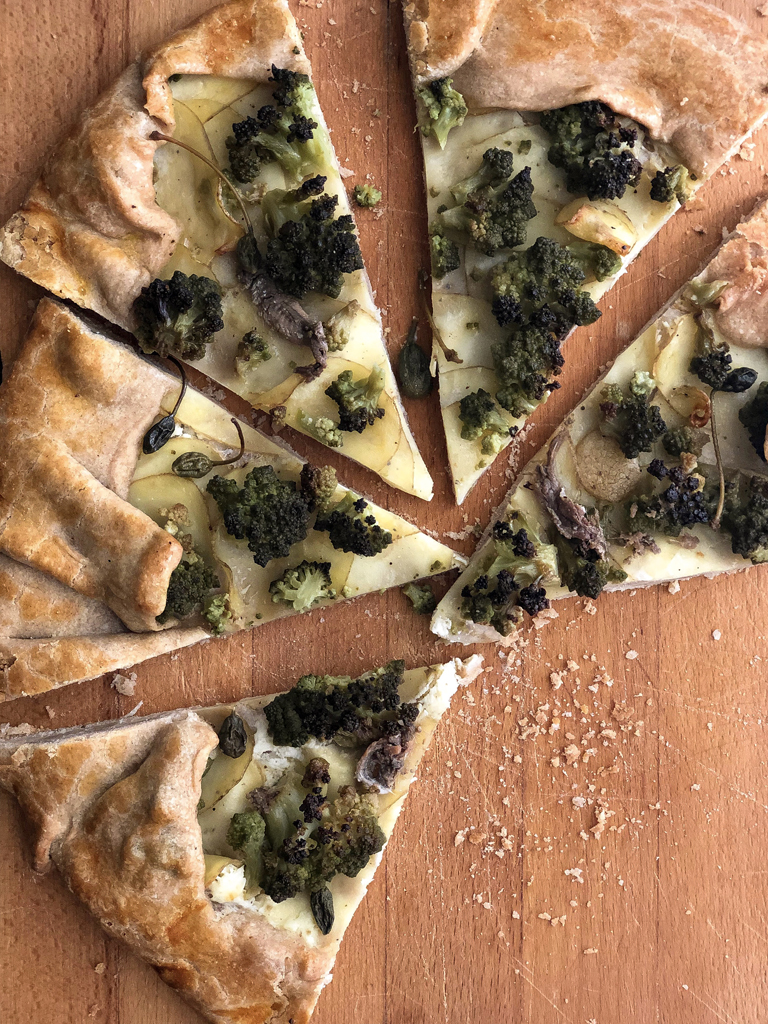 galette con broccolo romanesco e patate presentazione fette