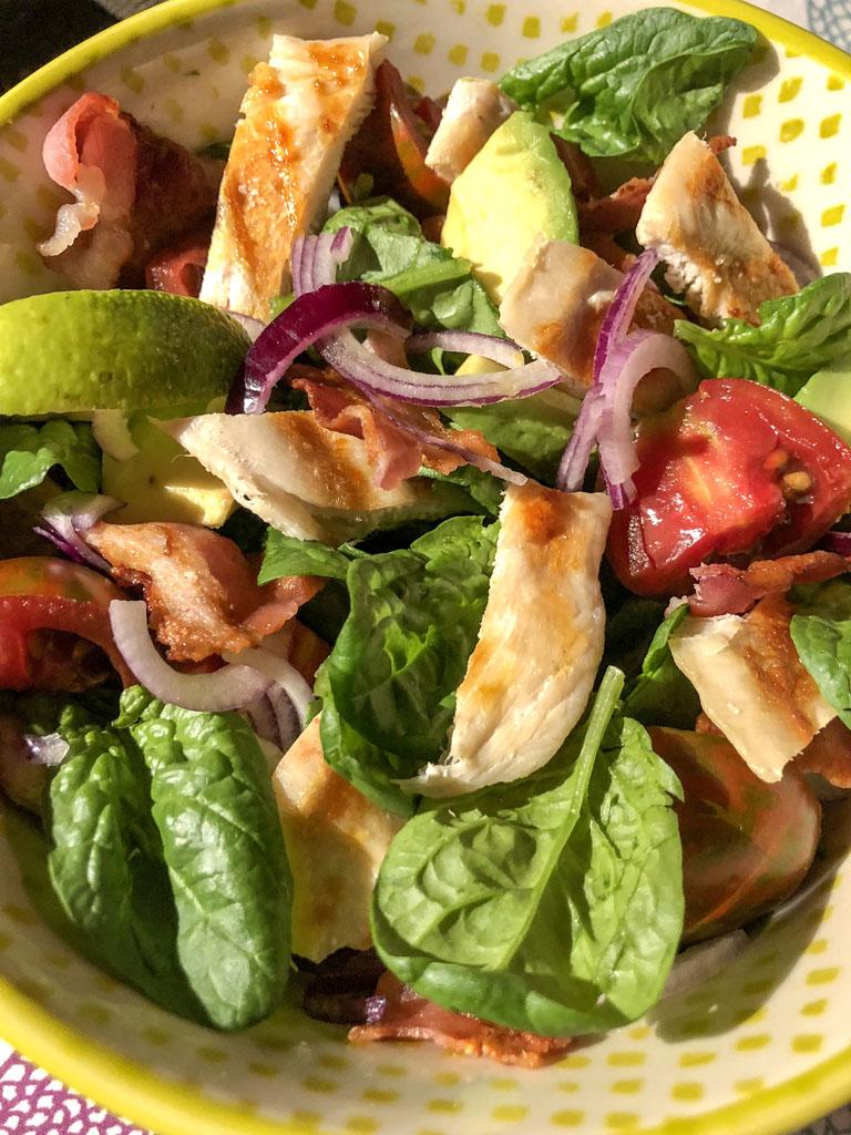 insalata di pollo con avocado e bacon croccante dettaglio