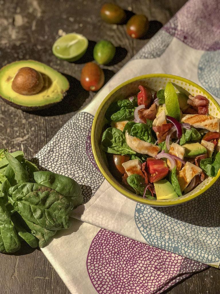 insalata di pollo con avocado e bacon croccante presentazione_1