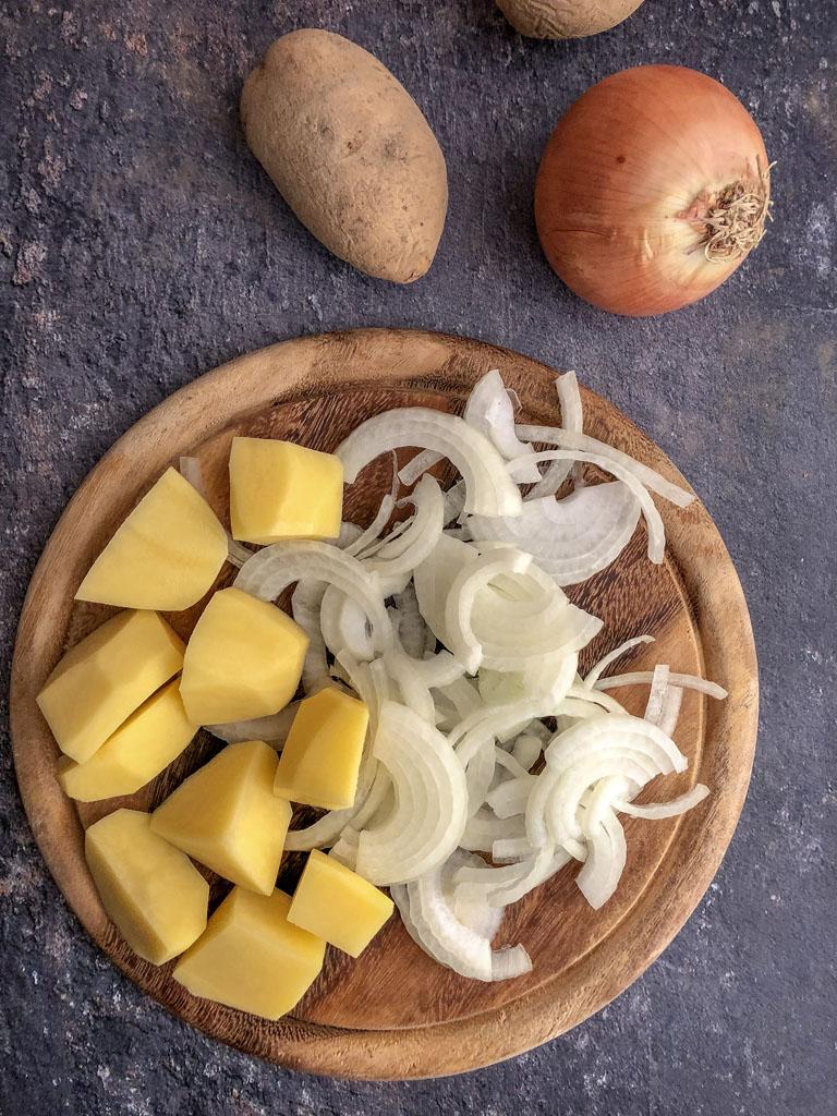 lonza di maiale al bacon con patate e cipolle preparazione