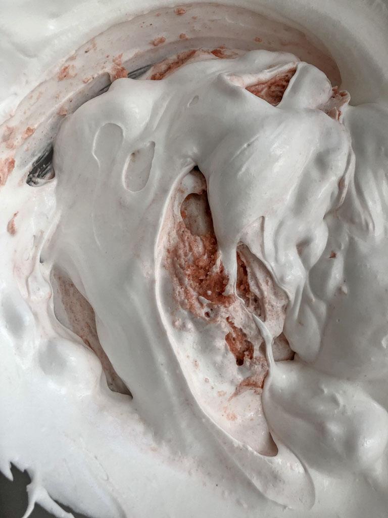 macarons al cioccolato nocciole e crema gianduia preparazione