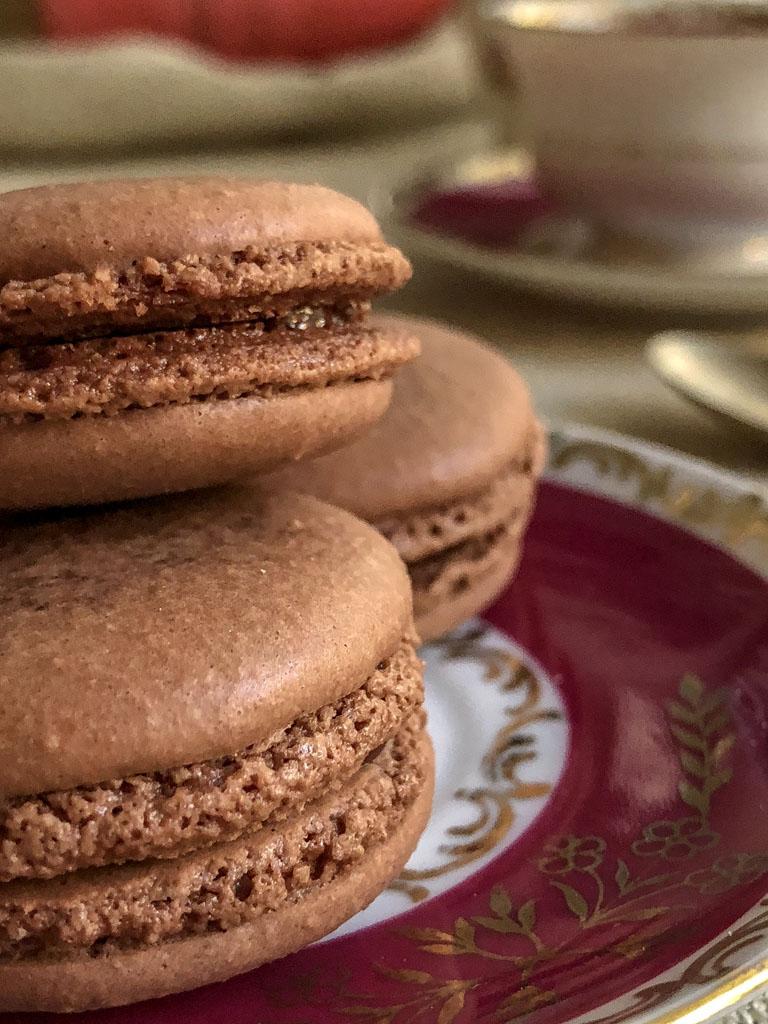 macarons al cioccolato nocciole e crema gianduia sfornati presentazione dettaglio