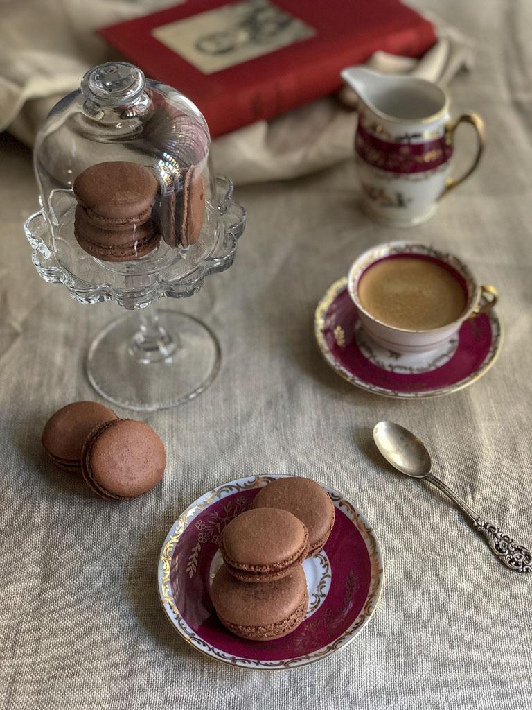 macarons al cioccolato nocciole e crema gianduia sfornati presentazione_2
