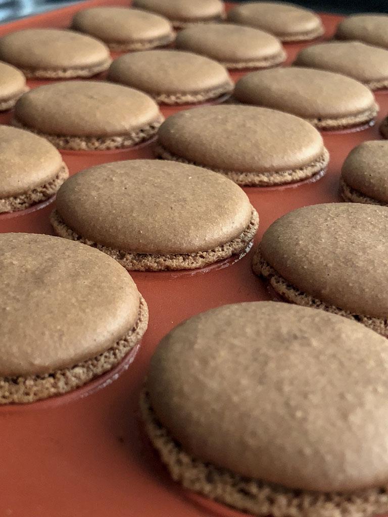macarons al cioccolato nocciole e crema gianduia sfornati dettaglio_2