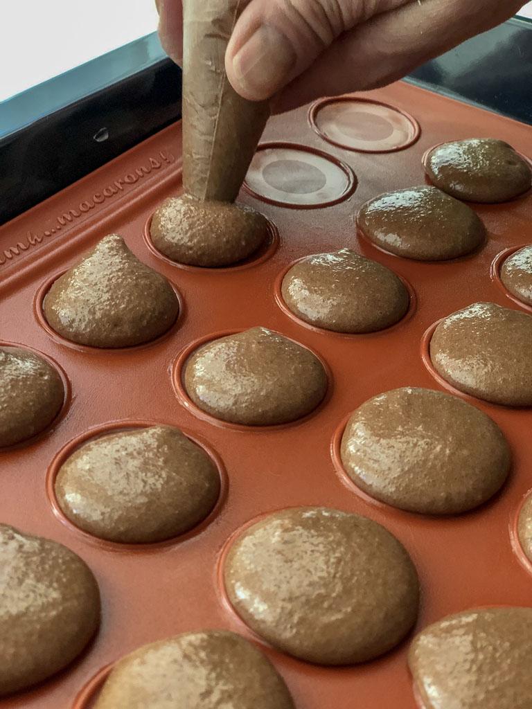 macarons al cioccolato nocciole e crema gianduia sfornati_1