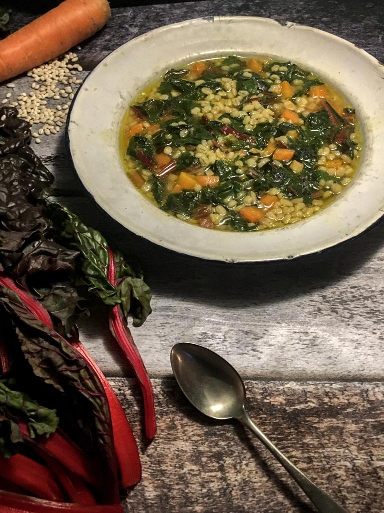 minestra di orzo carote e bietole rosse presentazione_3