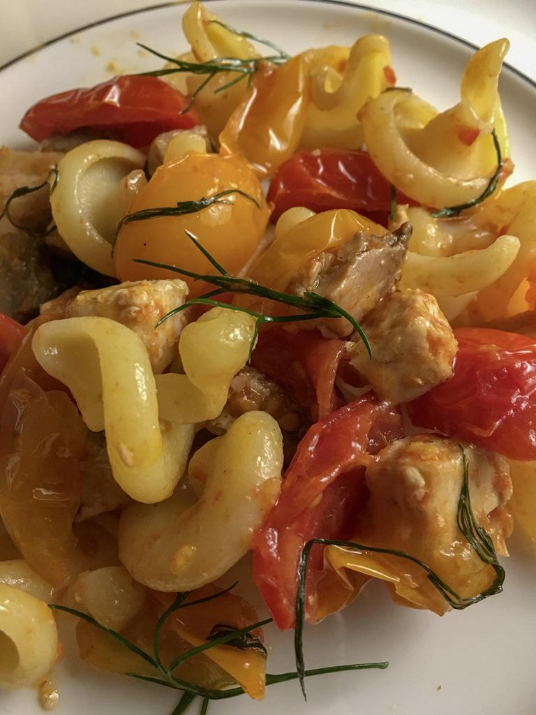 pasta vesuvio con pomodori datterini rossi e gialli tonno fresco e aneto dettaglio