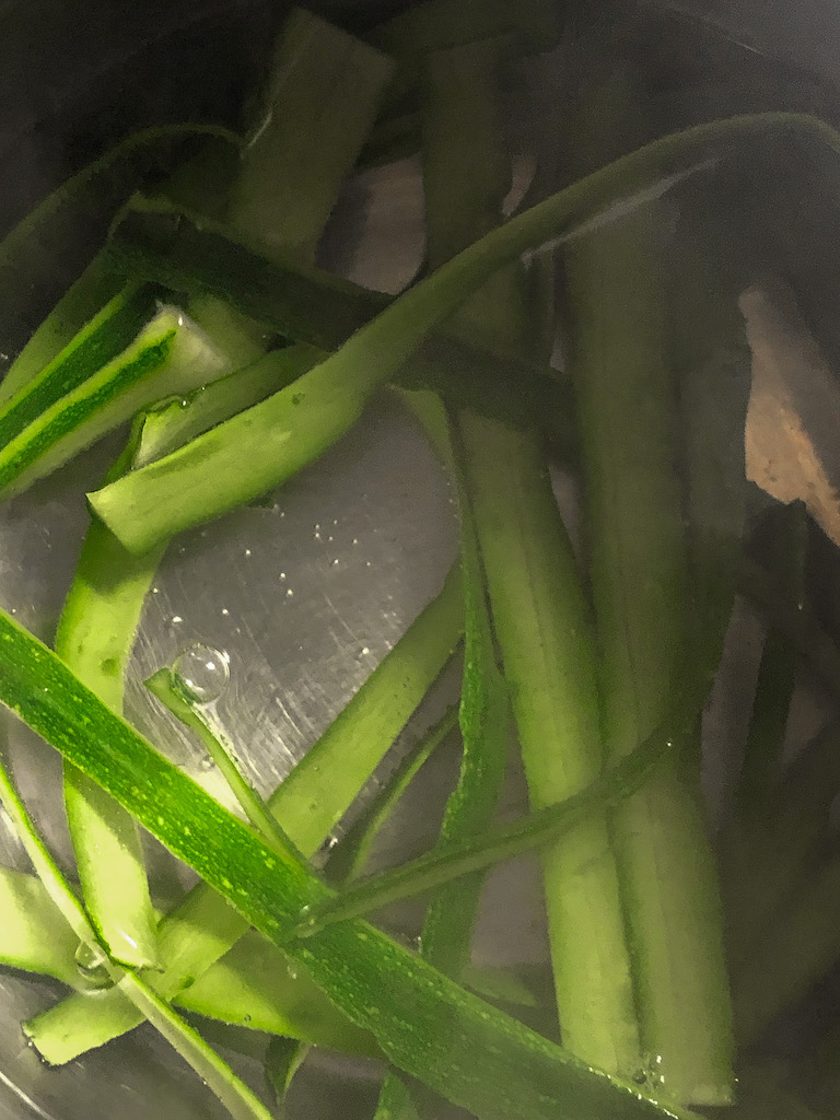 spaghetti al nero di seppia con seppie crema di zucchine e i suoi fiori preparazione_4
