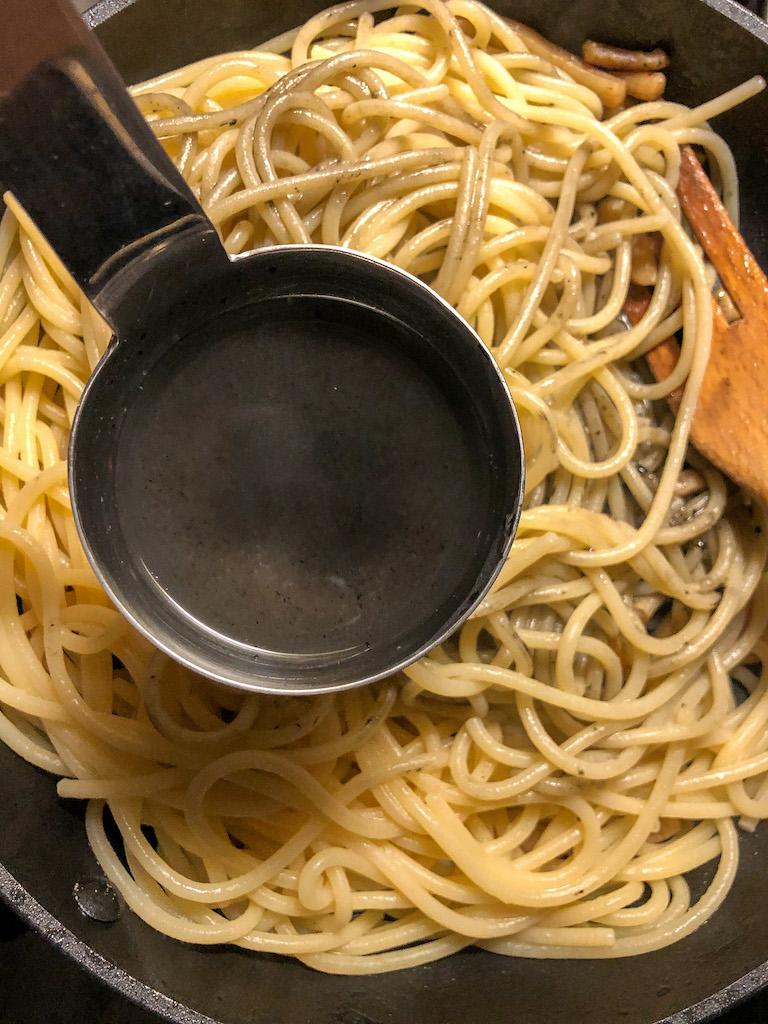 spaghetti al nero di seppia con seppie crema di zucchine e i suoi fiori preparazione_8