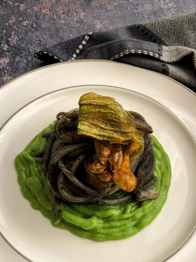 spaghetti al nero di seppia con seppie crema di zucchine e i suoi fiori presentazione_1