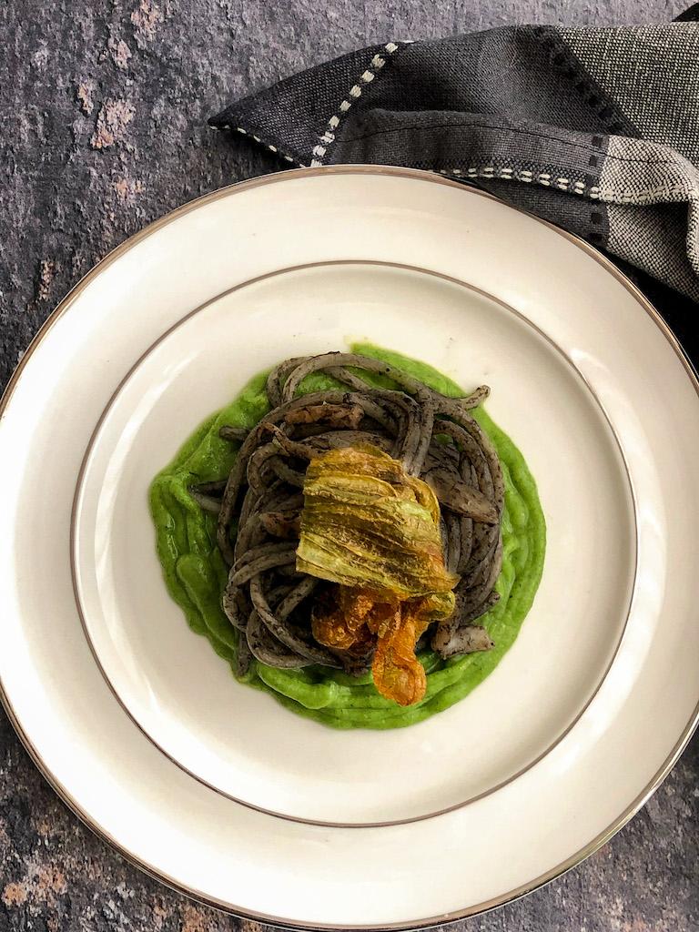 spaghetti al nero di seppia con seppie crema di zucchine e i suoi fiori presentazione_2