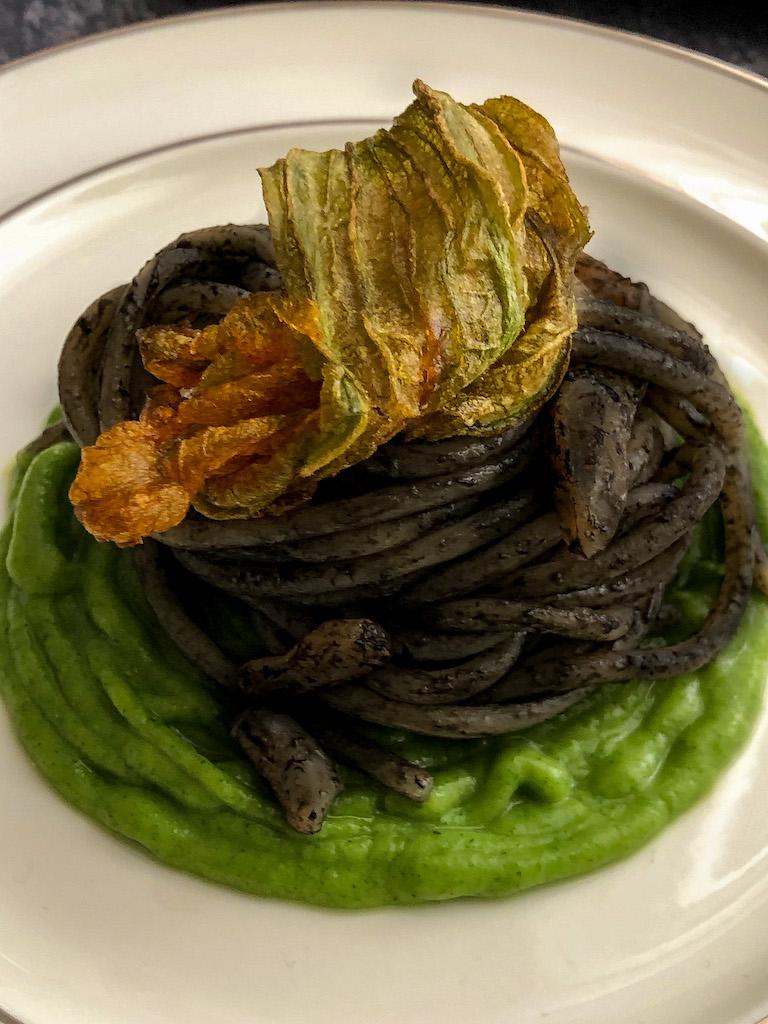 spaghetti al nero di seppia con seppie crema di zucchine e i suoi fiori presentazione_3