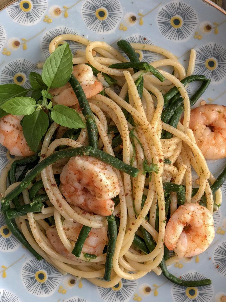 spaghetti alla Bottarga Borealis con gamberi e fagiolini serpenti presentazione dettaglio