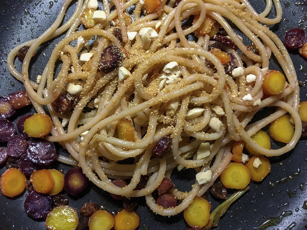 spaghetti alle carote glassate in padella