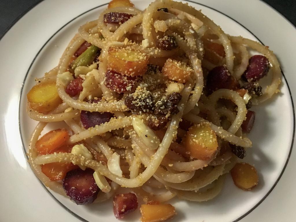 spaghetti alle carote glassate piatto bianco dettaglio