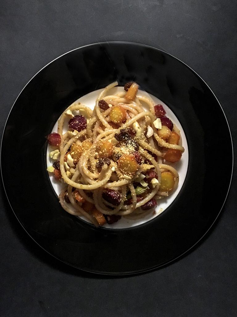 spaghetti alle carote glassate piatto nero