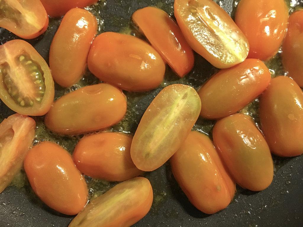 spaghetti senatore cappelli con agretti datterini gialli peperoncini macinati gourmama cottura datterini dettaglio