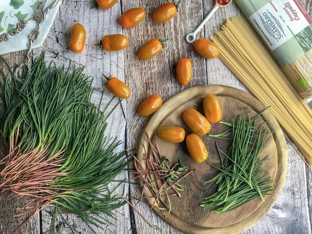 spaghetti senatore cappelli con agretti datterini gialli peperoncini macinati gourmama preparazione verdure