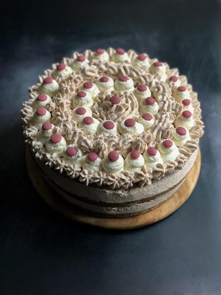 torta al cioccolato bianco e rosa presentazione