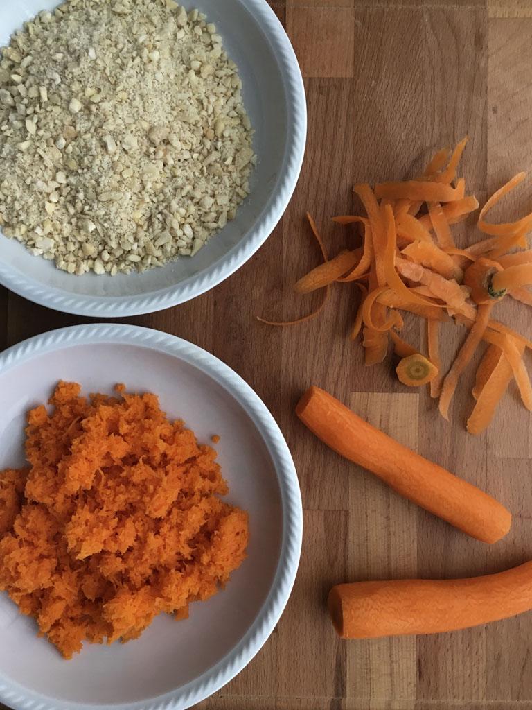 torta di carote taglio mandorle e carote